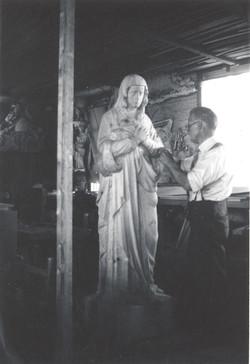 Lauréat Vallière sculptant la Vierge