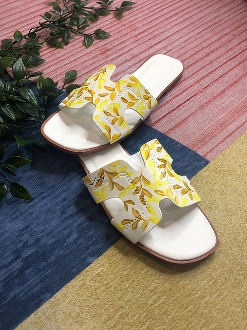 38 Helly Sandal: White gold yellow