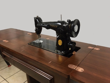 Singer 1942 Sewing Machine in Mahogany Cabinet