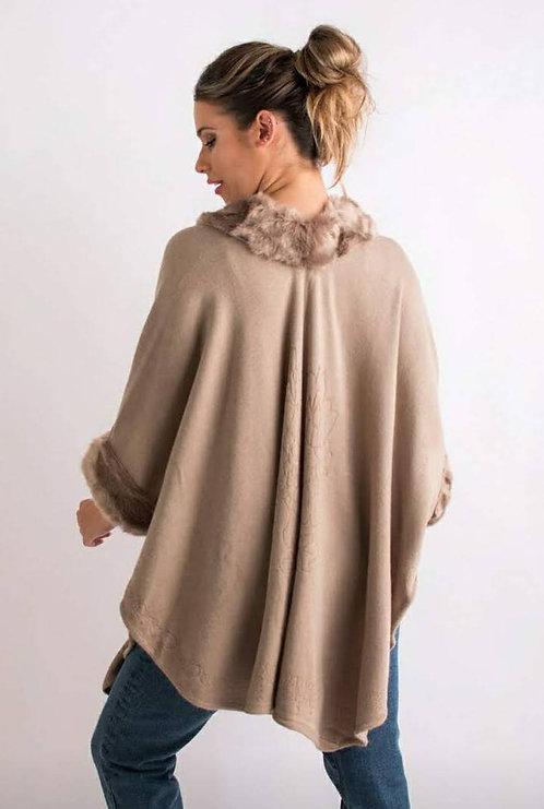 DI 09 Ruana de lana con piel