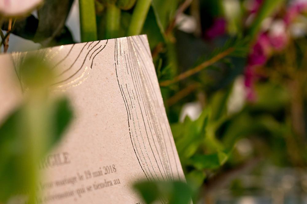 carton d'invitation pour mariage en dorure et letter-press sur carton gris