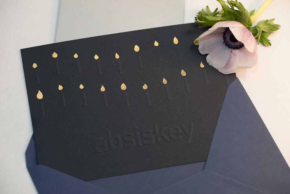 ensemble de cartons d'invitation en dorure et gaufrage sur papier de création savile row plain blue fedrigoni