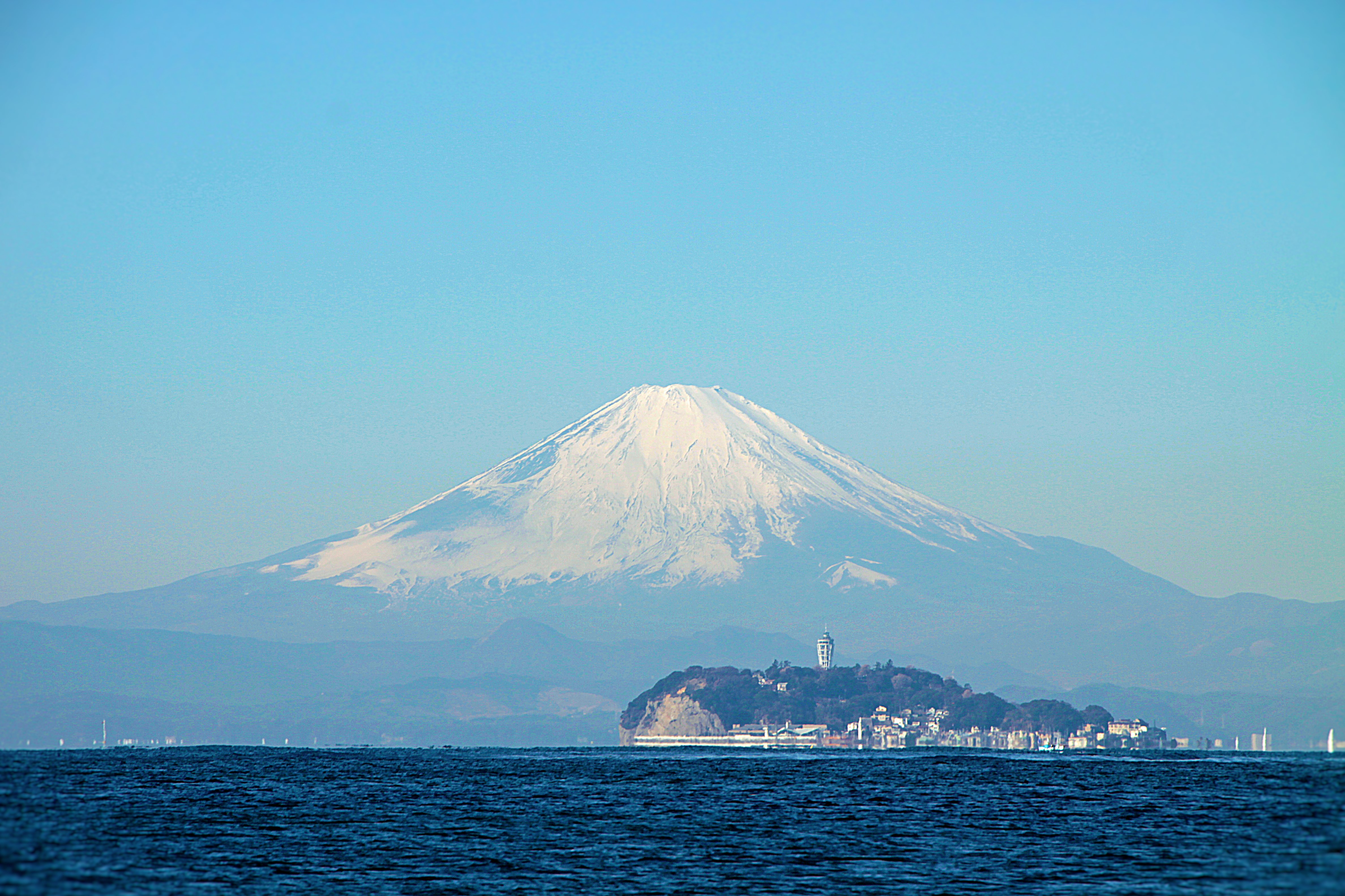 ホームゲレンデの逗子湾からの江の島と富士山
