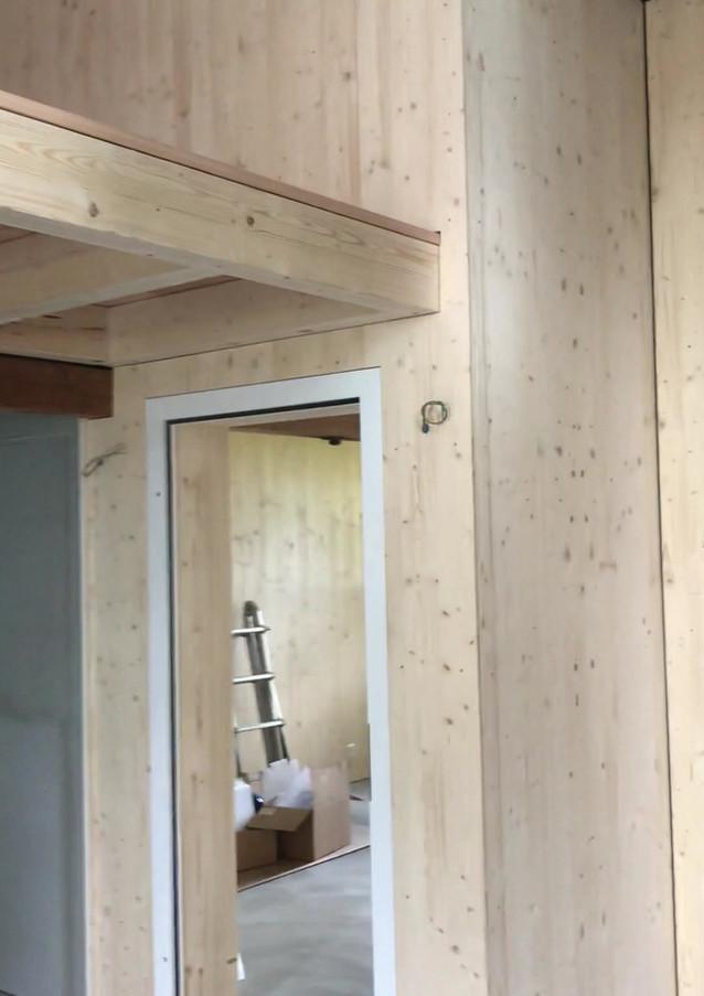 Aufenthaltsraum – noch ohne Sauna-Cube & Treppe –plus Duschen.