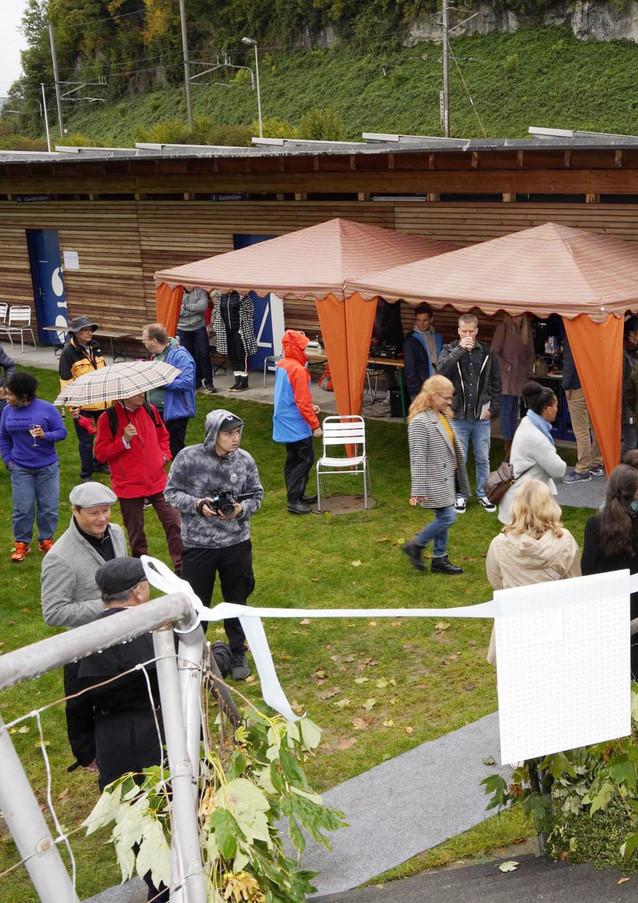 Rund 200 Leute kamen trotz kalten Regenwetter zur Eröffnungsfeier