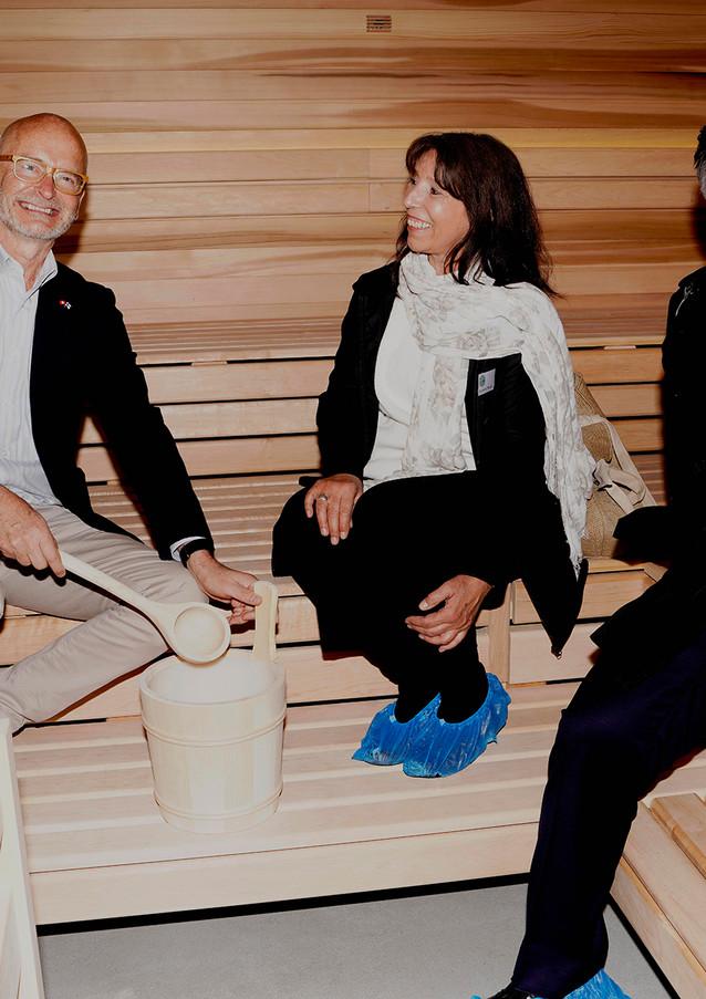 Botschafter, Architektin und Gemeindepräsident in der Sauna