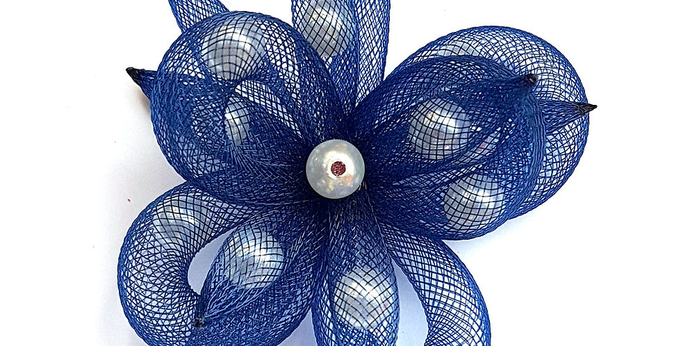 Брошь из сетки Синий цветок