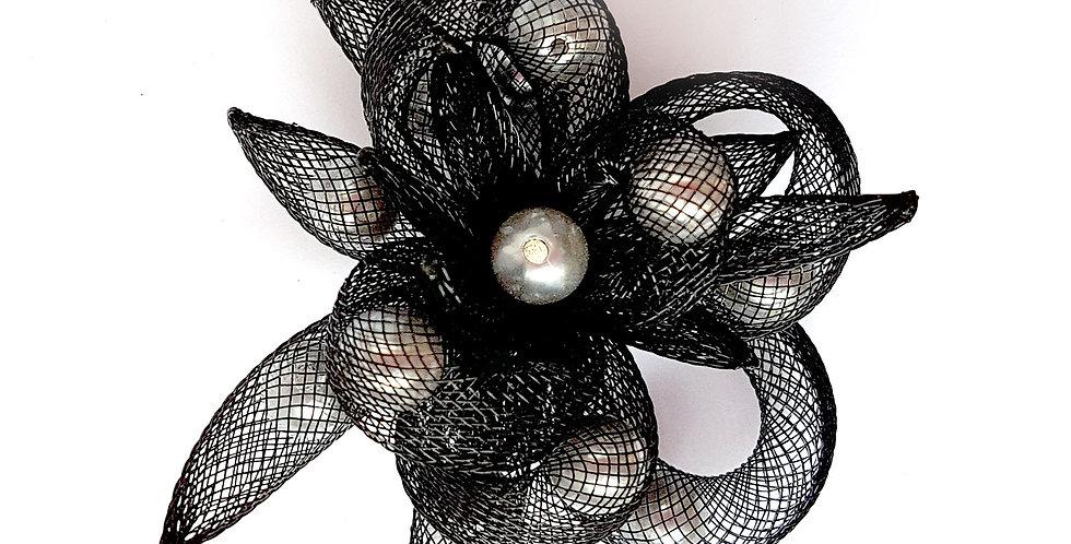 Брошь из сетки Черный цветок с белым