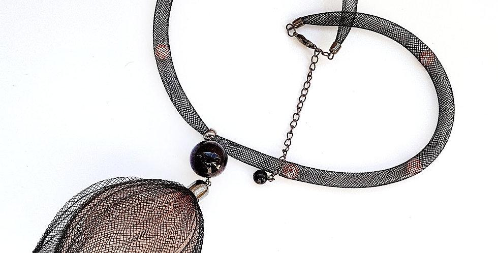 Кулон из сетки Лилия черно-бежевый