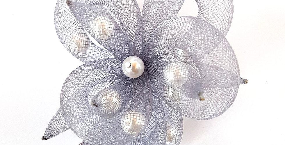 Брошь из сетки Серый цветок с белым