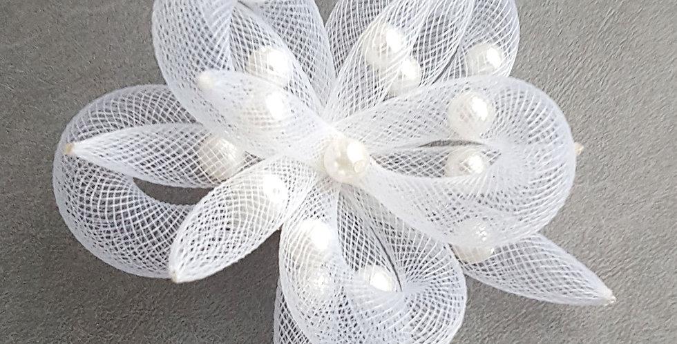 Брошь из сетки Белый цветок