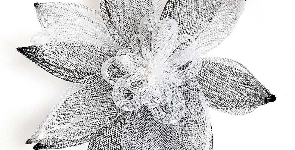 Брошь из сетки Большой цветок черно-белая