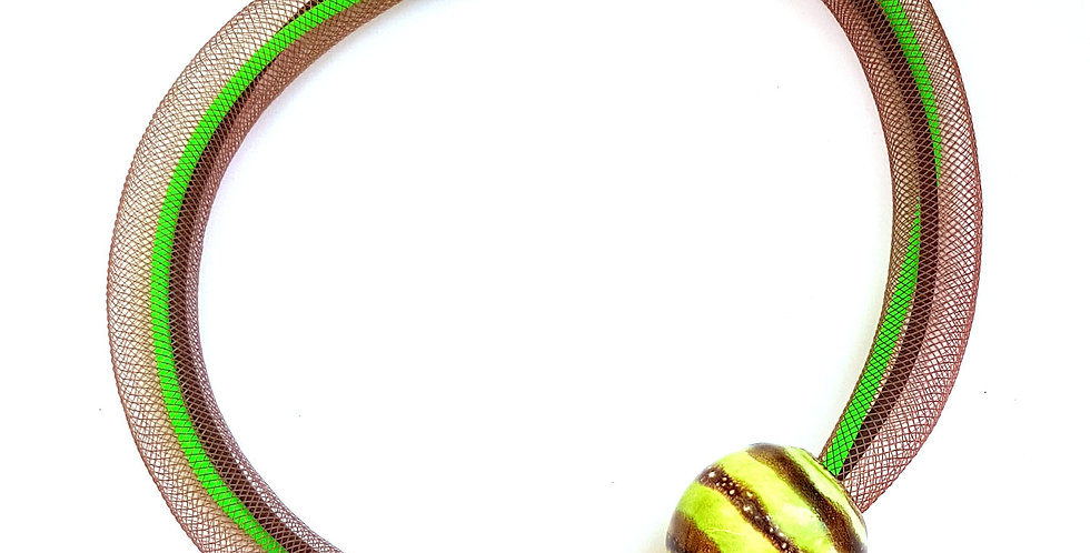 Колье из коричневой сетки с полосатой керамической бусиной Соло