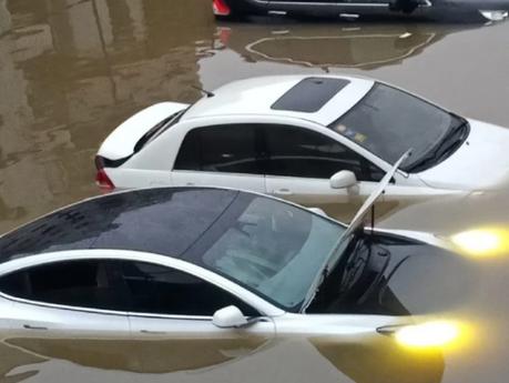 Wie viel Hochwasser verträgt ein Elektroauto? können Teslas wirklich schwimmen?