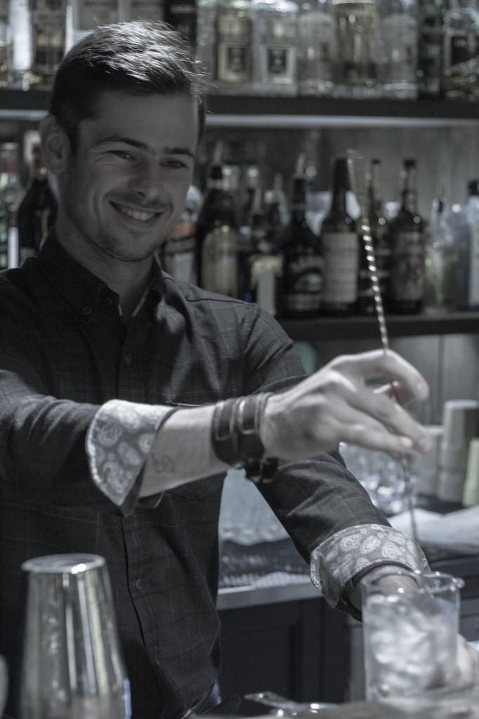 Преподаватель школы барменов