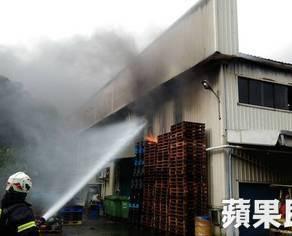 機械設備工廠火警 警消出動空拍機監控