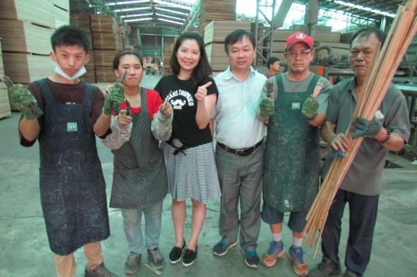 圖為太子國際公司負責人徐君川(右三)錄用多名中高齡及身障員工,讓他們藉由勞力付出自食其力。(屏東就服中心提供)