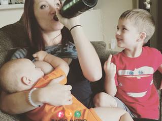 Leitinho materno e latinha gelada combinam? O que os estudos dizem sobre beber e mamar.