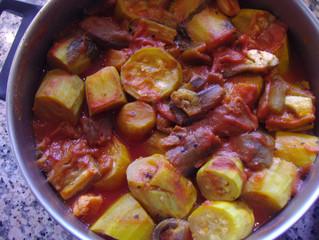 קישואים במיץ עגבניות (כל התבשיל כ- 120 קלוריות)