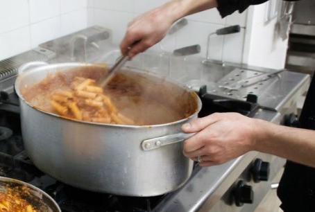 Bolsonaro sanciona lei que permite doação de refeições não vendidas.