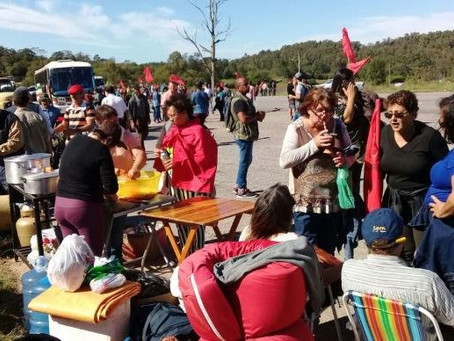 Via Campesina bloqueia a BR 392, em Canguçu, e pede solução para a estiagem