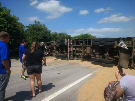 Grave acidente entre dois caminhões e um automóvel bloqueia BR 392 na tarde de hoje (20/11)