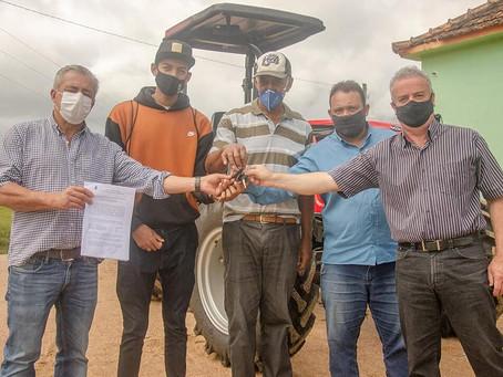 Prefeitura de Piratini entrega implementos agrícolas no interior