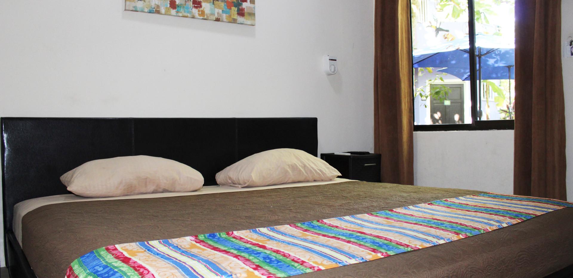 Habitación básica con cama extra grande