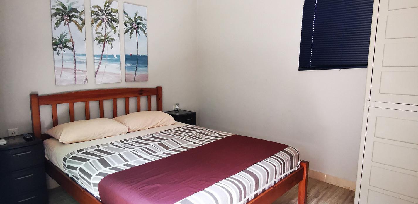 Habitación con una cama full, con aire acondicionado, TV cable, mini refrigerador, closet y cajilla de seguridad y baño privado. Capacidad máxima para 2 adultos.   Las fotos son referenciales y podría haber variaciones pues las habitaciones no son idénticas entre sí.