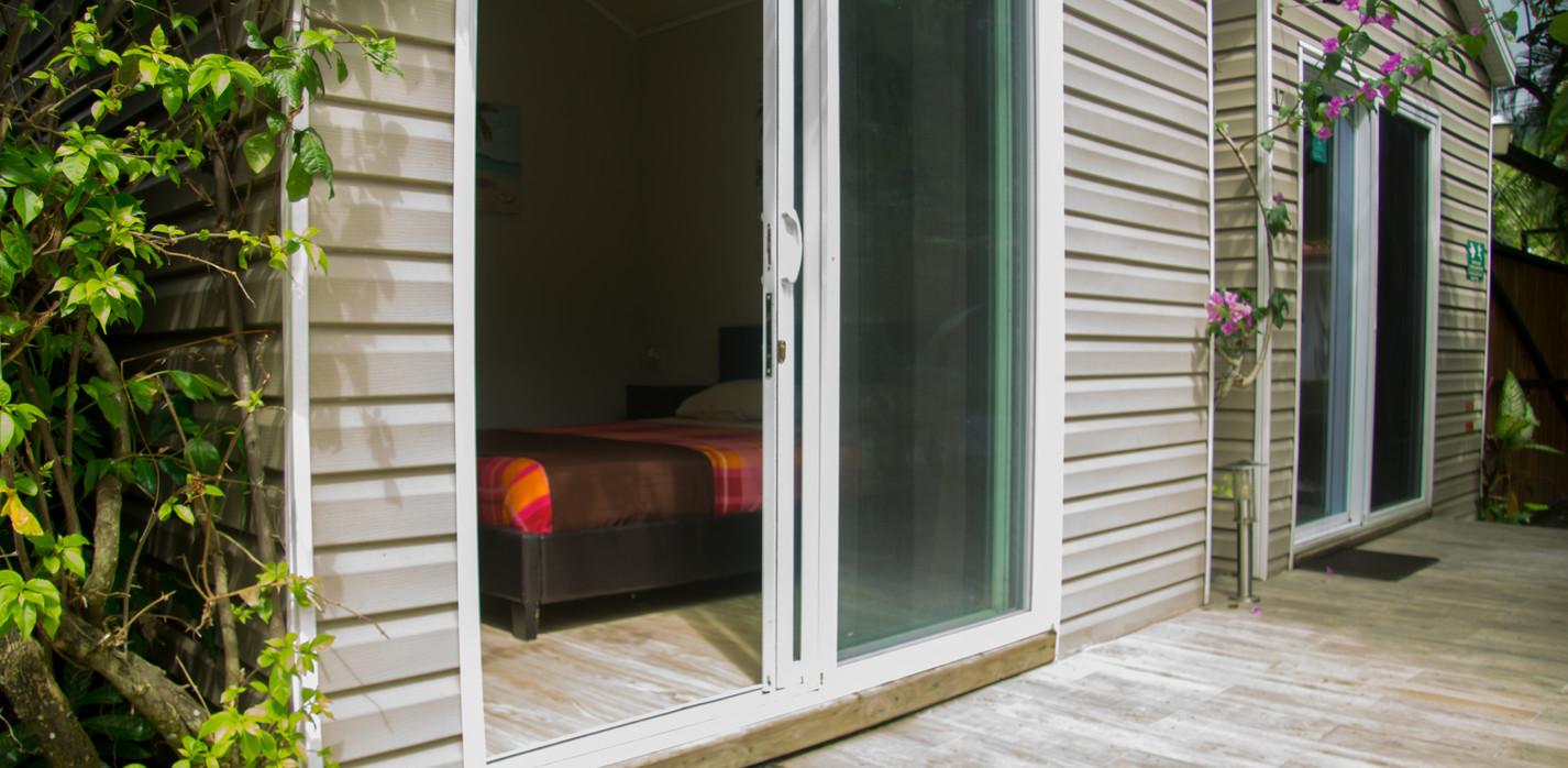 Acceso habitaciones área de la piscina