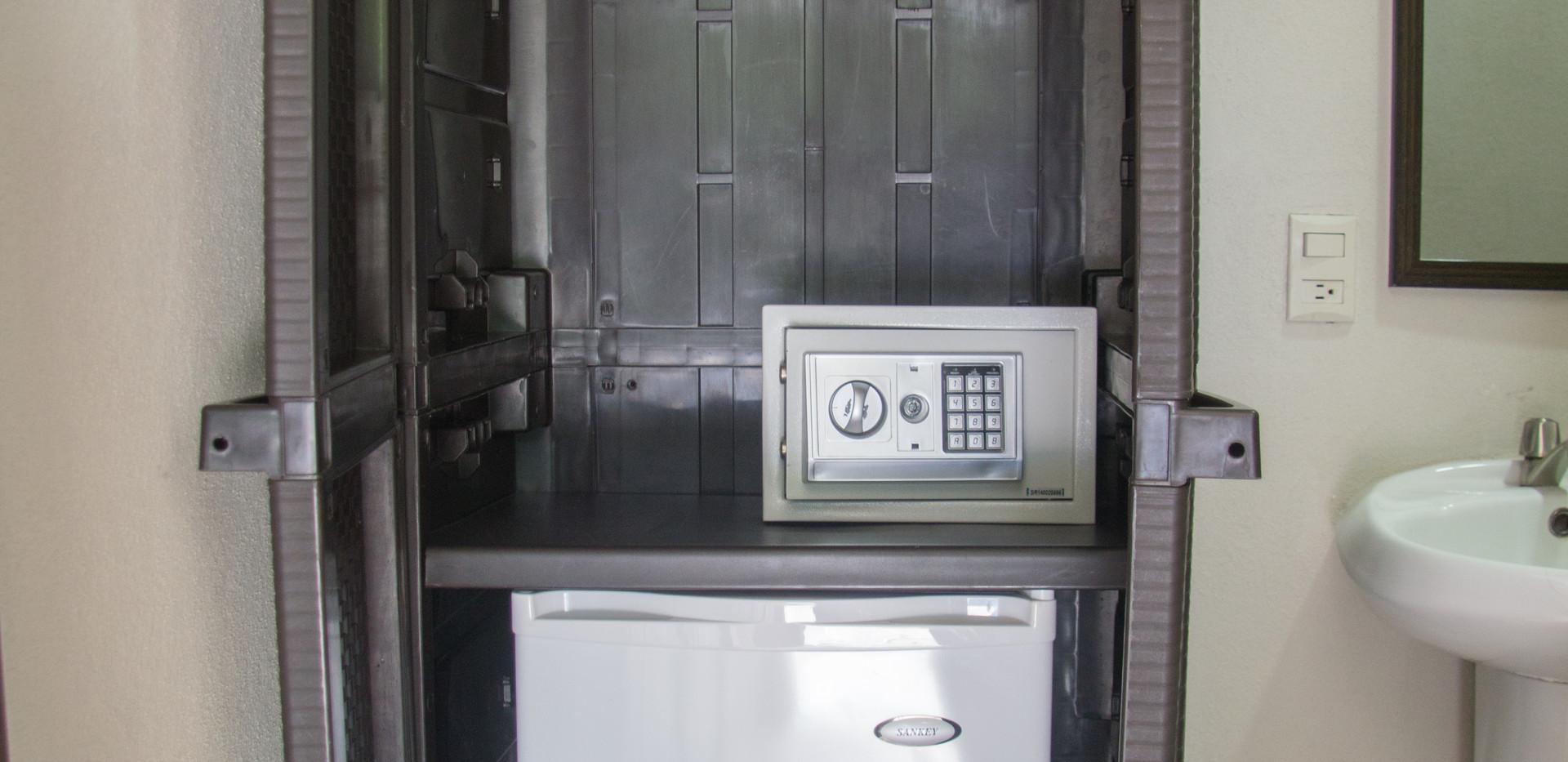 Closet, cajilla de seguridad y mini refrigeradora en todas las habitaciones