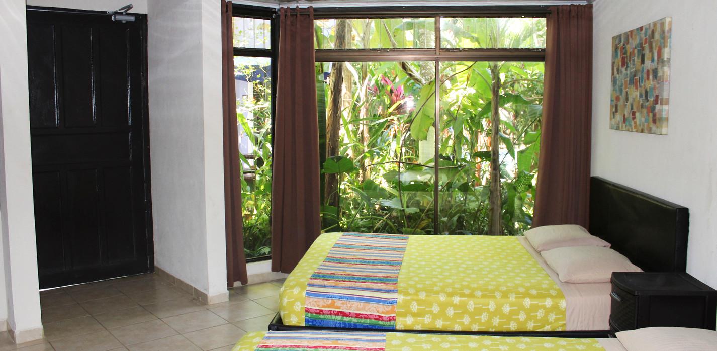 Habitación básica con dos camas matrimoniales