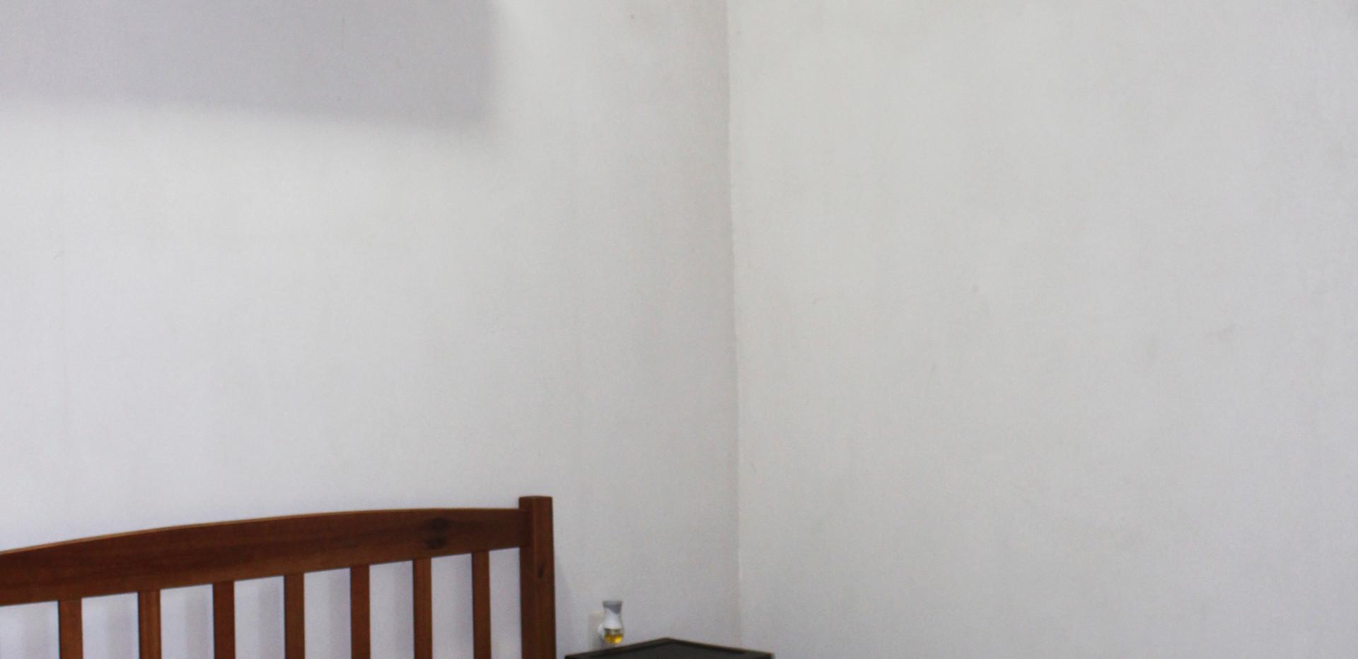 Habitación básica con baño compartido