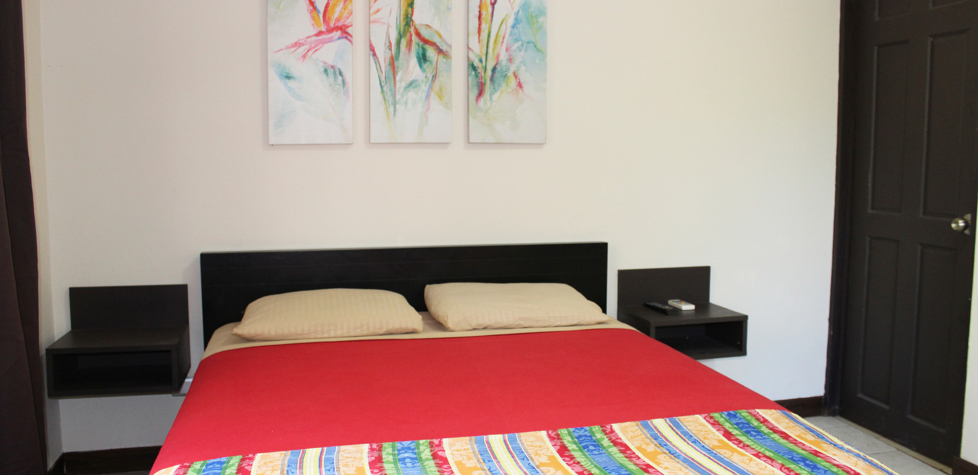Habitación básica con cama full