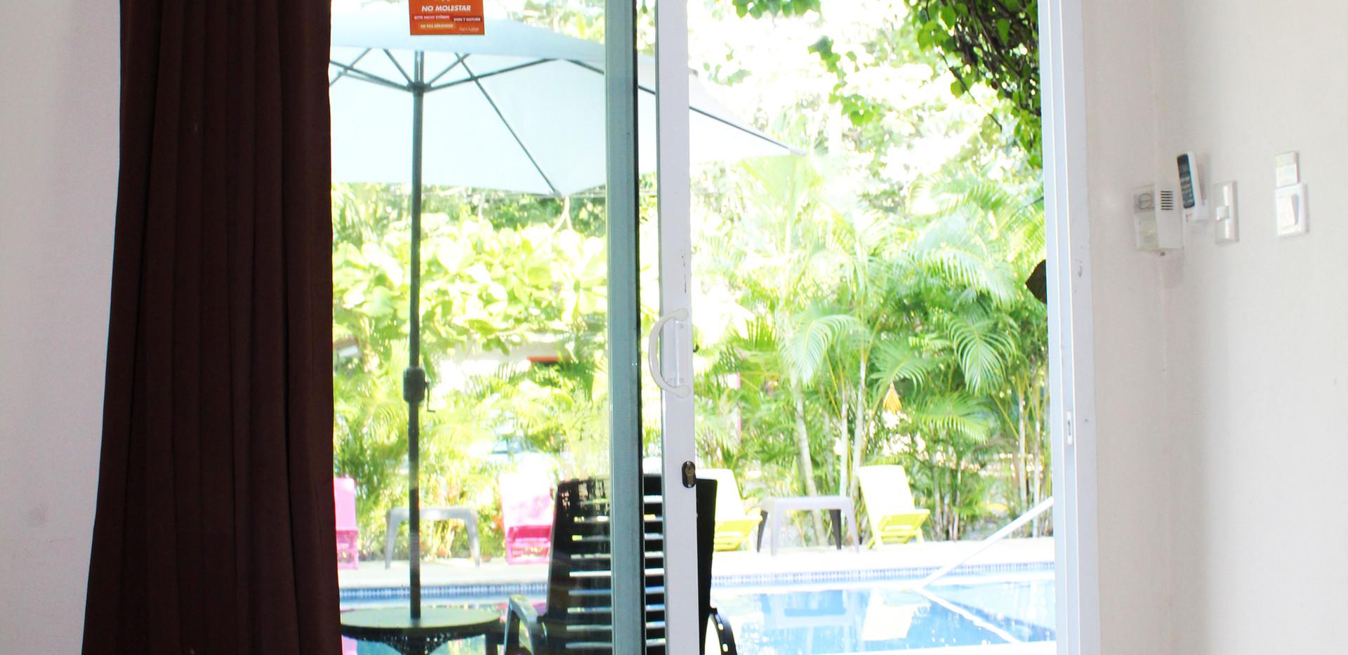Habitación básica en el área de la piscina