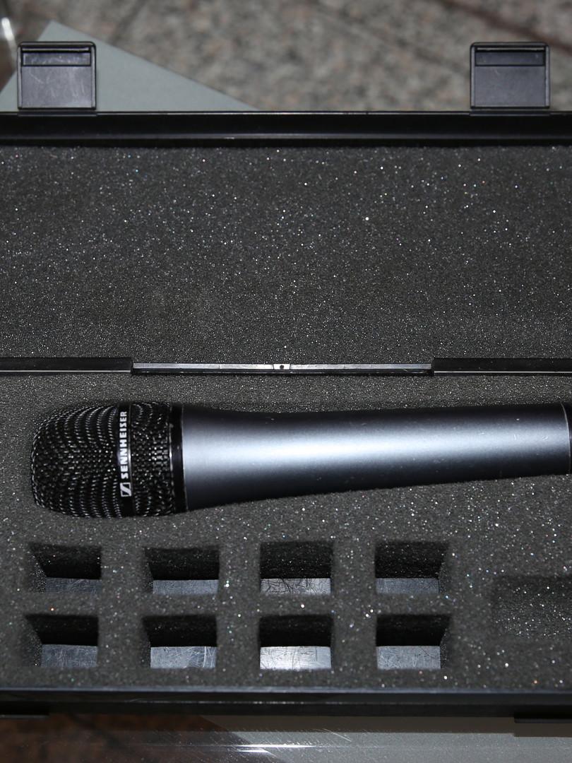Микрофон, с которым выступал Борис Ельцин в «Ленкоме». Стартовая цена                      20 000 рублей