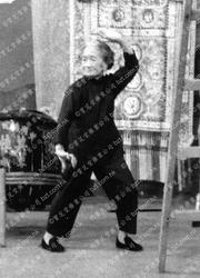1971年莫桂蘭師母於麗的呼聲表演鐡線拳1