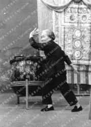 1971年莫桂蘭師母於麗的呼聲表演鐡線拳2
