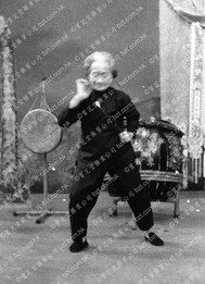 1971年莫桂蘭師母於麗的呼聲表演鐡線拳5
