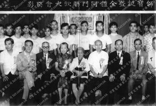 圖中央兩位女士鄧秀瓊(左三)和莫桂蘭師母(左四)為中國第一隊女武獅隊