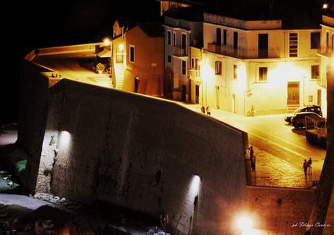 Borgo antico di notte.