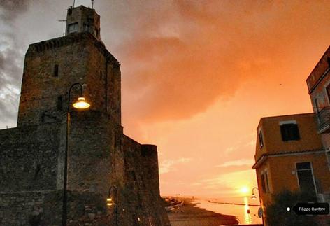 Castello Svevo con veduta del lungomare nord al tramonto.