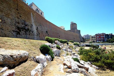 Mura di Cinta del Borgo Medievale con Castello Svevo