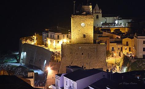 Castello Svevo e borgo antico di notte.
