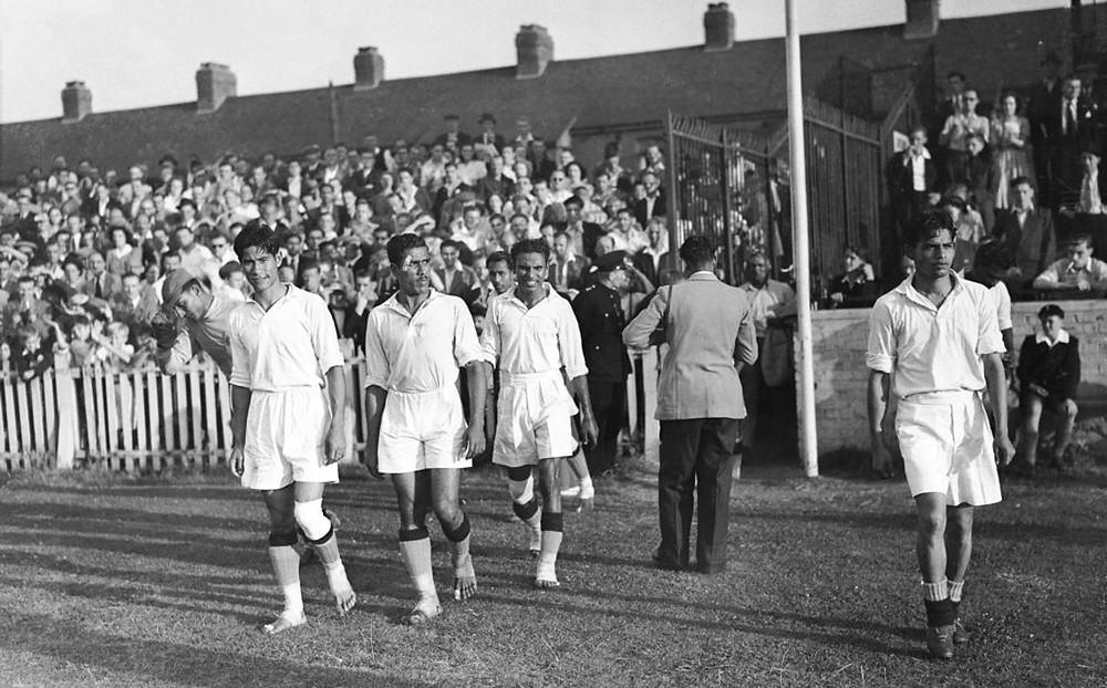 Selección de la India entrando al campo de fútbol descalza
