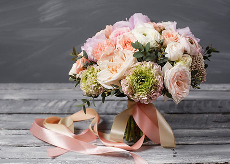 Open-pink-rose-and-ranucula-posy_600x400