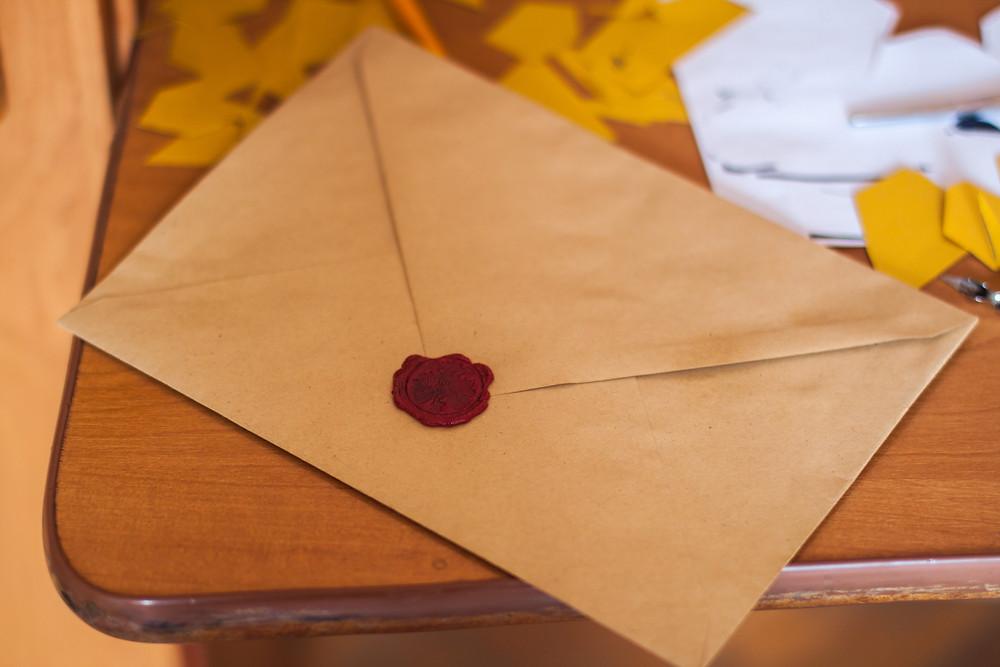 Ein Briefumschlag mit Siegel, hiermit liese sich auch eine Schlüsselübergabe realisieren