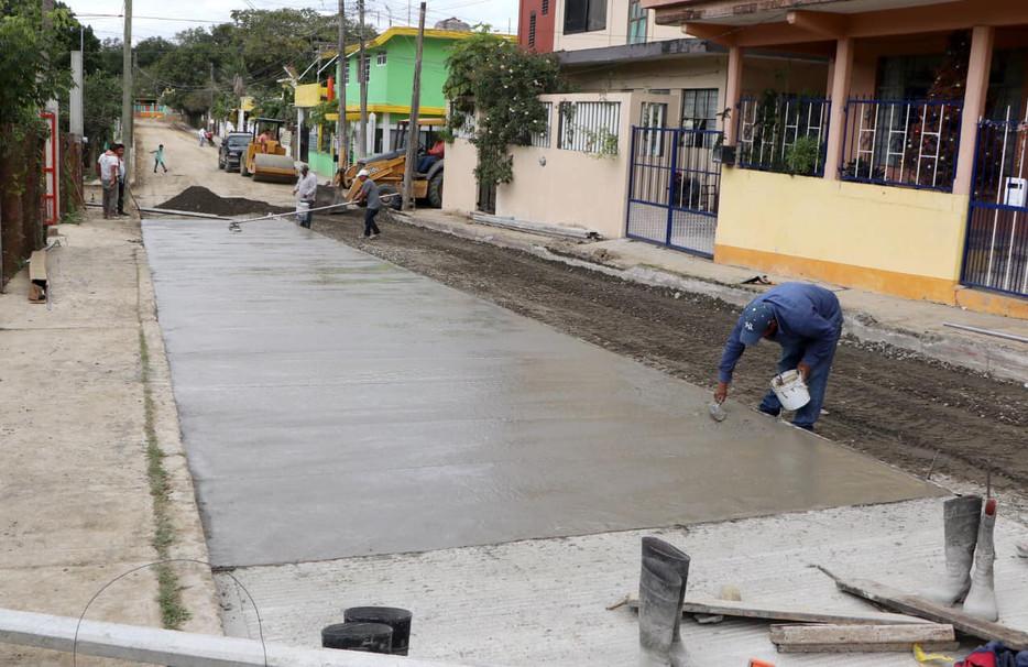 Gobierno Municipal continúa con la pavimentación de calles en colonias de Tuxpan.