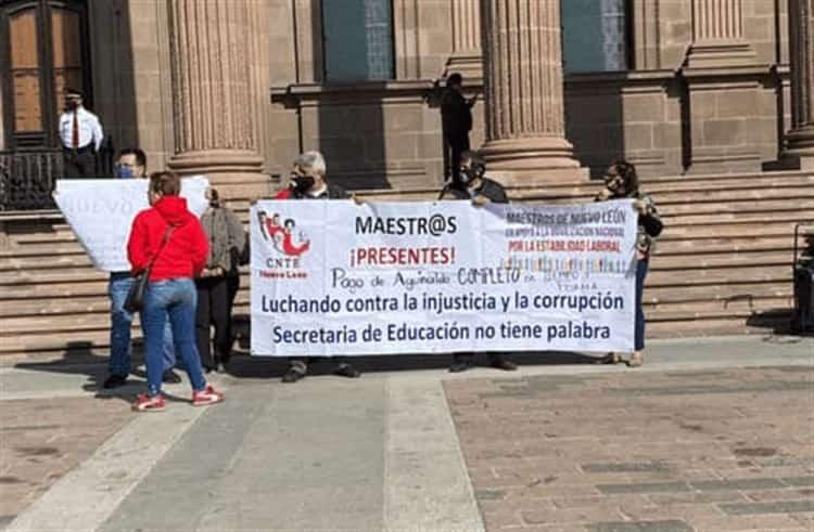 Maestros protestan para exigir el pago de sus aguinaldos