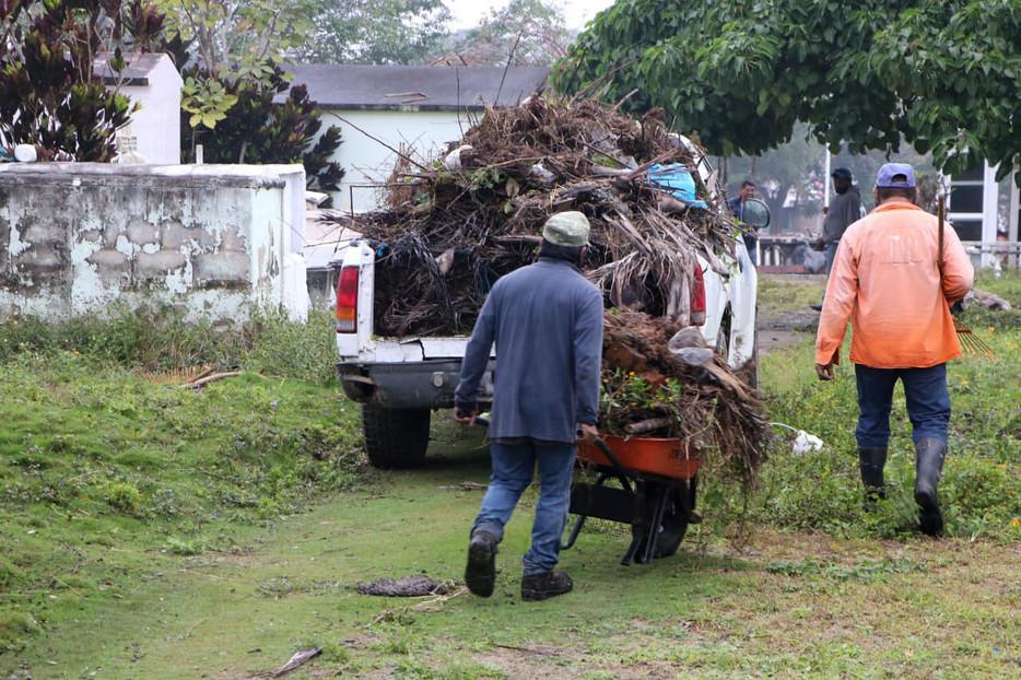 Gobierno de Tuxpan inicia labores de limpieza y mantenimiento del Panteón Jardín.